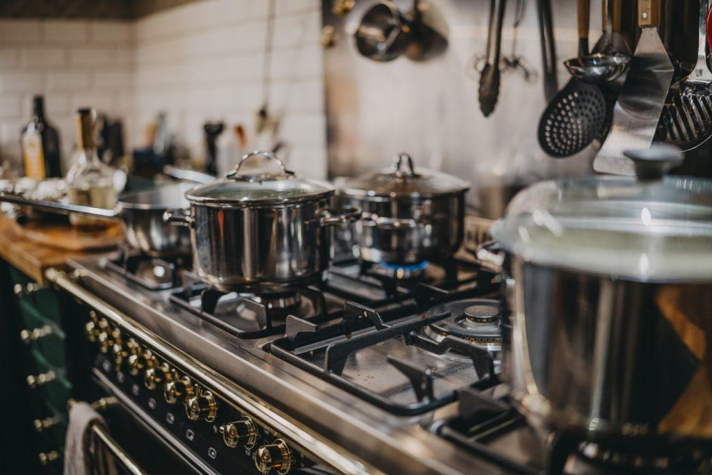 garnki na kuchni