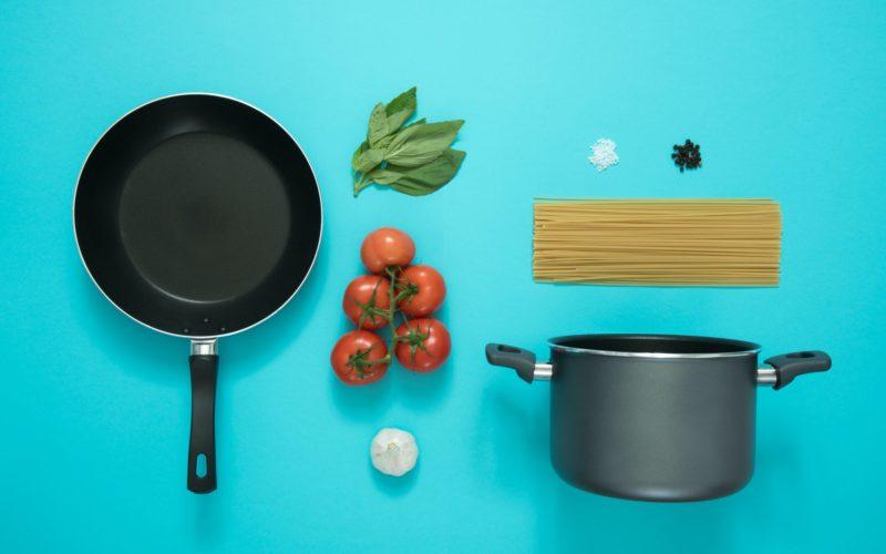 Gotowanie bez tłuszczu – najlepsze garnki i patelnie do zdrowego gotowania