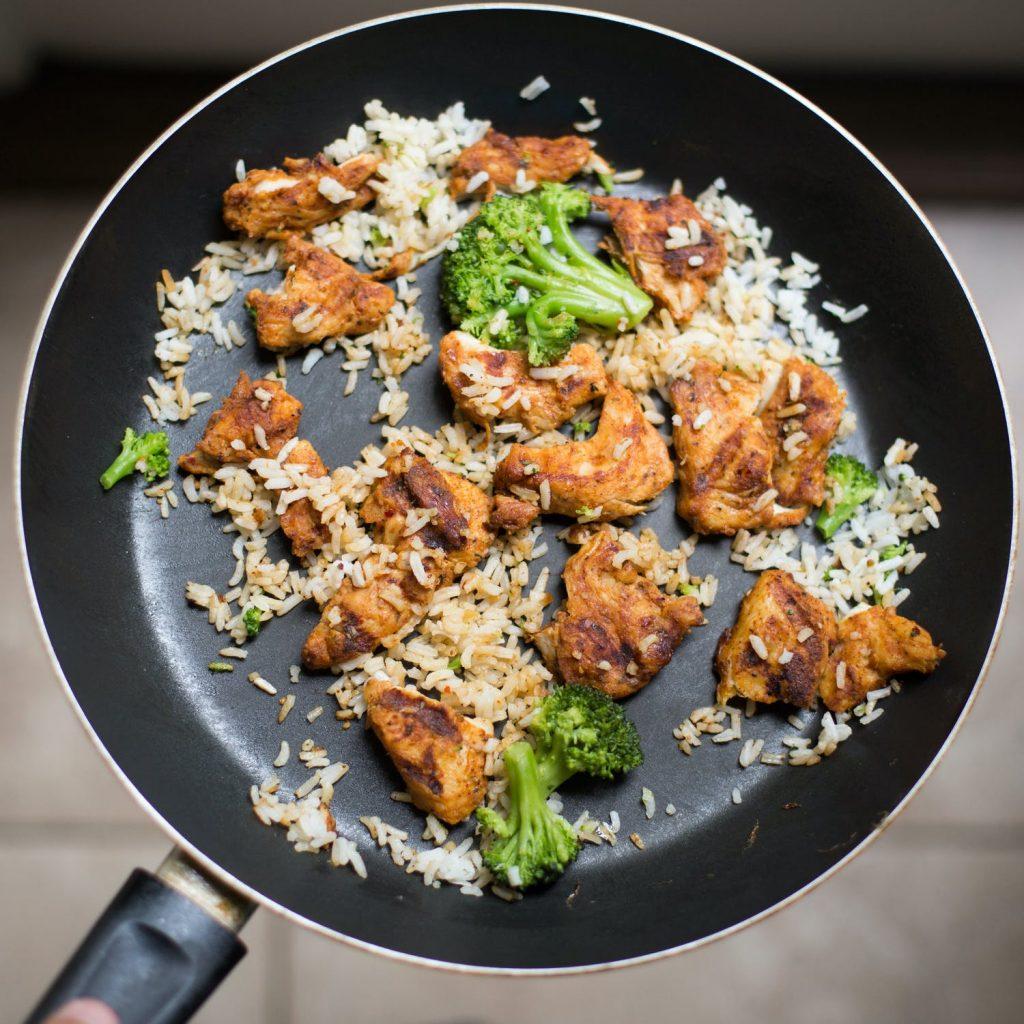 smażony ryż i mięso na patelni