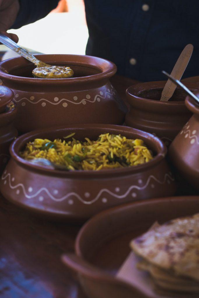 gliniany garnek pozwala gotować dania bez tłuszczu