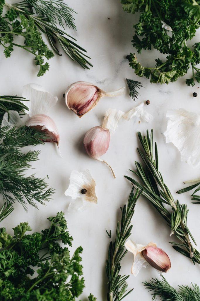 czosnek i tymianek - najlepsze dodatki do dania - królik z warzywami